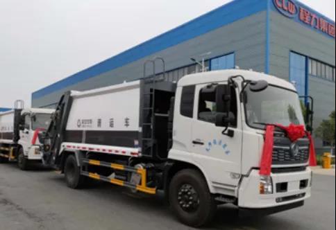 此次交付的车辆准备发往四川成都,为四川成都环卫清洁保障工作保驾护航!